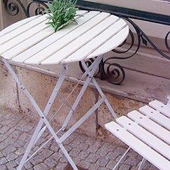 Gartenmoebel, wie der Gartentisch, bieten eine ideale Lösung zur Entspannung
