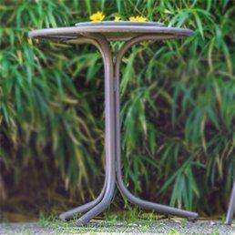Der Gartentisch im eigenen Garten