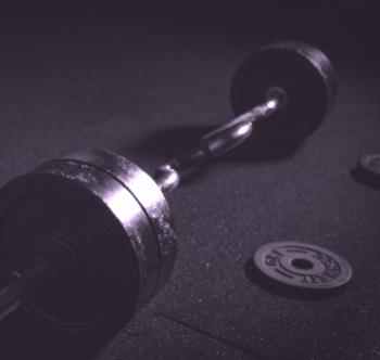 langhantel im fitnessstudio