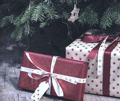 geschenke unter dem weihnachtsbaum am christbaumständer