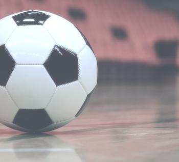 Für den Fußball in der Halle lohnt sich ein Vergleich von Fußballschuhen