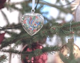 Weihnachtskugeln am Baum bleiben durch einen hochwertigen Ständer erhalten