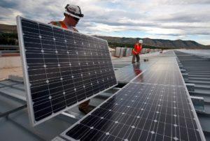 Arbeiter mit Solarpanels
